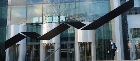 Das Firmenlogo der Deutsche Börse prangt vor dem Hauptsitz in Eschborn bei Frankfurt.