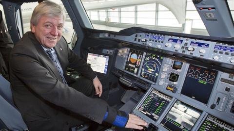 Ministerpräsident Bouffier 2013 in Frankfurt im Cockpit eines Airbus A380