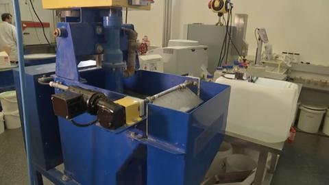 Maschine, in der Bakterien Gold aus aufgelöstem Elektroschrott filtern