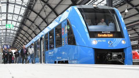 Zug mit Brennstoffzellen-Antrieb am Wiesbadener Hauptbahnhof
