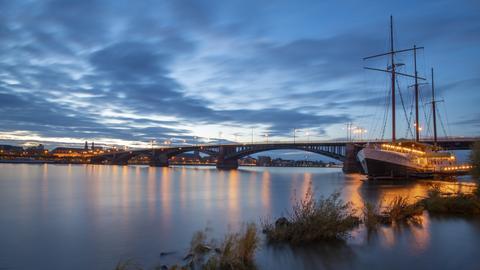Malerisch liegt die Theodor-Heuss-Brücke zwischen Wiesbaden und Mainz.