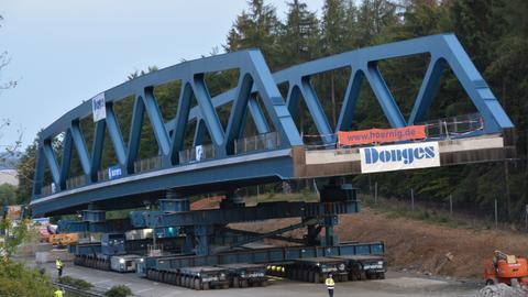 Brücke, die an der B54 Nähe Kalteiche, eingepasst wird