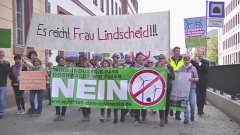 Wütende Bürger protestieren gegen den Bau von bis zu 400 Windkraftanlagen im Odenwald.