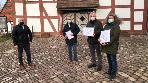 Reinhardswald: Initiatoren des Bürgerbegehrens gegen Windräder im Reinhardswald überreichen dem Trendelburger Bürgermeister die Unterschriften.