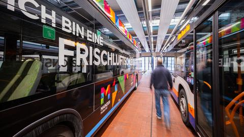 Ein Mitarbeiter der ESWE Verkehrsbetriebe lässt den Wasserstoffbus links liegen.