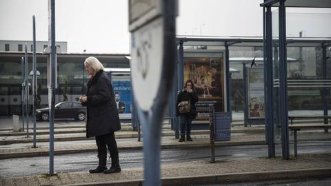 Fahrgäste warten am Busbahnhof in Bad Homburg auf den Bus (Archivbild)