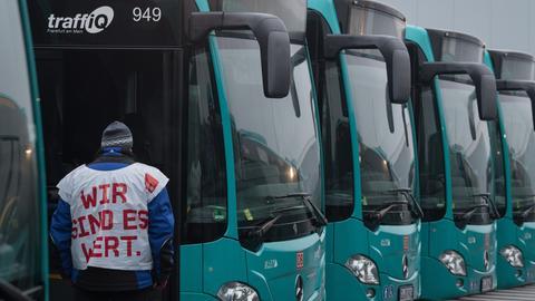 """Streikender Busfahrer im Busdepot in Frankfurt. Streikweste mit Aufschrift: """"Wir sind es wert."""""""