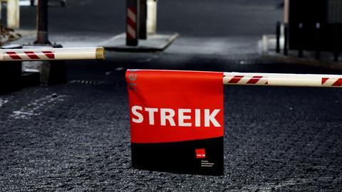 """An einer Schranke hängt im Bus-Depot am Böllenfalltor in Darmstadt ein Schild mit der Aufschrift """"Streik""""."""