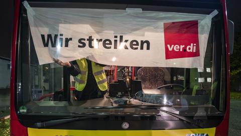 Streikende Busfahrer in Hanau.