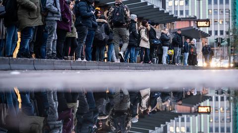 Wartende an der Bus- und Straßenbahnhaltestelle Konstablerwache in Frankfurt.