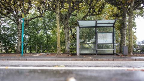 Eine verwaiste Bushaltestelle am Frankfurter Mainufer.