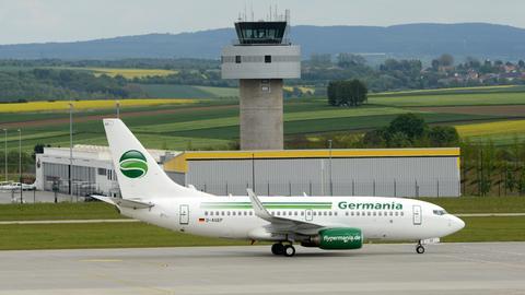 Eine Germania-Maschine rollt im Mai 2014 am Kassel Airport zum Start.