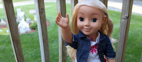 Eine winkende Puppe
