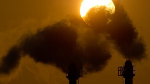 Fabrikrauch vor der untergehenden Sonne.