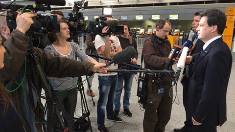 Cockpit-Sprecher Jörg Handwerg vor Tv-Kameras am Frankfurter Flughafen