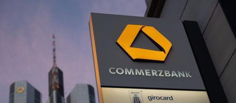 Commerzbank-Schild an einer Filiale in Frankfurt