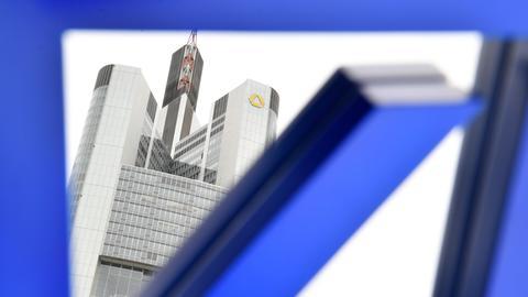 Montage: Logo der Deutschen Bank vor der Commerzbank-Zentrale