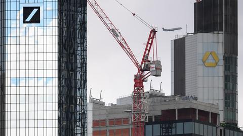 Die Zentralen von Deutscher Bank (l.) und Commerzbank (hi. re.) in Frankfurt