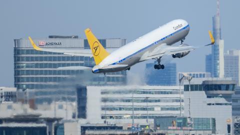 Ein Condor-Flieger startet am Frankfurter Flughafen.