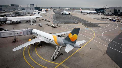 Boeing 767 von Condor an einer Fluggastbruecke am Flughafen Frankfurt
