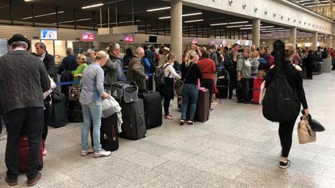 Schlangen von wartenden Reisenden vor den Condor-Schaltern am Flughafen Frankfurt