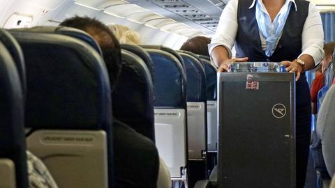 Condor-Flugbegleiterin bei der Arbeit