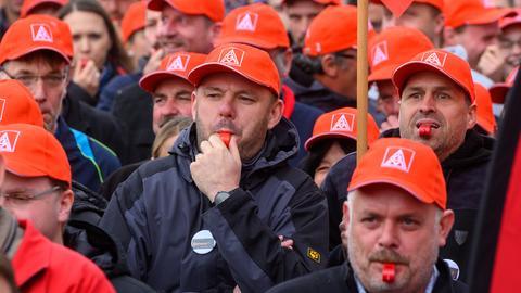 In Bayern haben 2019 hunderte Mitarbeiter gegen die Schließung des Continental-Werks in Roding protestiert. Jetzt wollen die hessischen Kollegen demonstrieren.