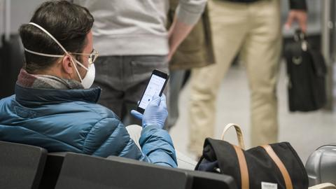Passagier mit Mundschutz am Frankfurter Flughafen