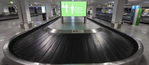 Leeres Gepäckband am Flughafen Frankfurt