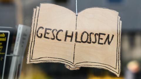 """Ein """"Geschlossen""""-Schild an einer Buchhandlung in Kassel"""
