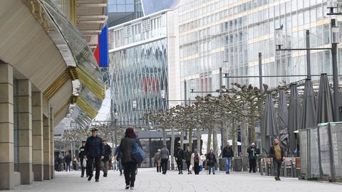 Kaum Passanten auf der Einkaufsstraße Zeil in Frankfurt am Mittwochvormittag