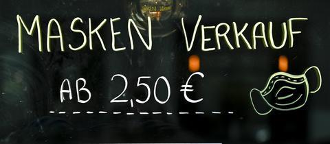 Aufschrift an einem Laden, der Masken zum Schutz vor Coronaviren verkauft