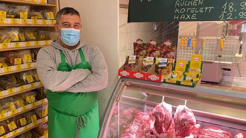 Fleischer Bahri Cenk Anic steht vor seiner Theke.