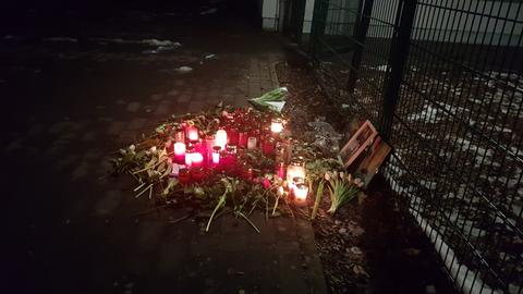 Trauernde haben Kerzen und Blumen am Tatort in Ranstadt niedergelegt.