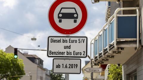 Hinweisschilder auf das Darmstädter Dieselfahrverbot