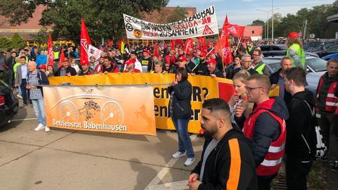 Continental-Mitarbeiter protestieren in Babenhausen.