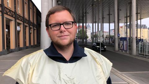 Dennis Martini GDL, beim Streik steht er vor dem ICE-Bahnhof Wilhelmshöhe