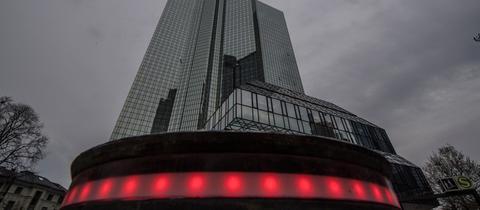 Rot beleuchteter Poller vor der Deutschen Bank