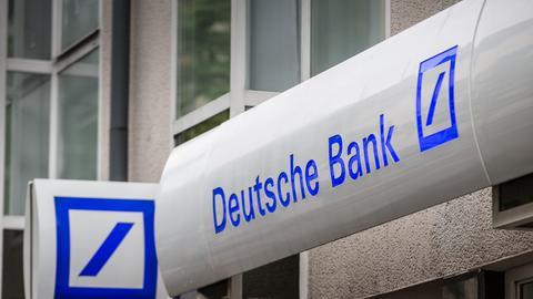 Logo der Deutschen Bank über einer Filiale in Frankfurt-Bornheim