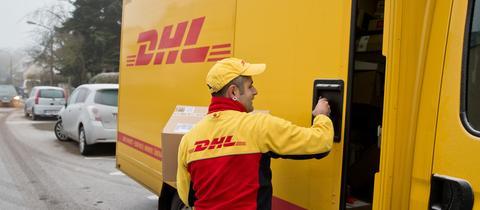 DHL-Paketbote im Einsatz