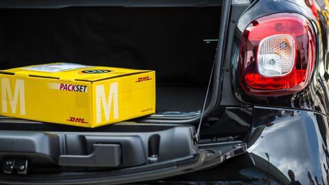 Paket in einem Kofferraum: Das DHL-Außenlager ist nur mit dem Auto gut zu erreichen.