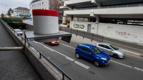 Autos fahren an einer Messstation in Darmstadt vorbei