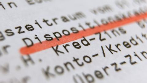 Großaufnahme eines Kontoauszugs - zu lesen ist Dispositionskredit - das Wort ist rot unterstrichen