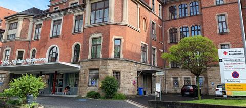 Der Haupteingang in das Gebäude des DRK-Klinikums in Kassel.