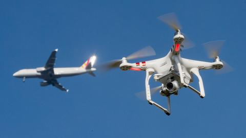 Drohne nähert sich Flugzeug