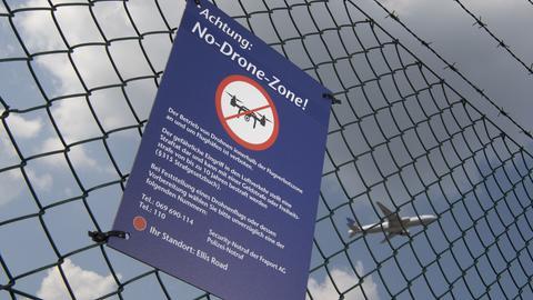 """Schild mit der Aufschrift """"No Drone Zone"""" am Frankfurter Flughafen"""