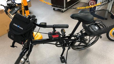 Ein Klapprad mit angebautem Akku und E-Bike-Antrieb im Labor der Technischen Hochschule Mittelhessen