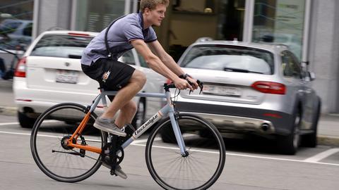 Junger Mann auf einem E-Bike