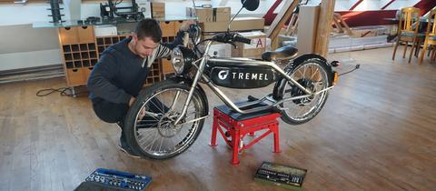 Leon Tremel mit seinem E-Moped-Prototyp