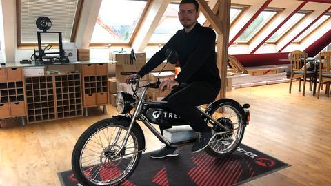 Tüftler Leon Tremel aus Groß-Zimmern auf seinem selbst gebauten E-Moped